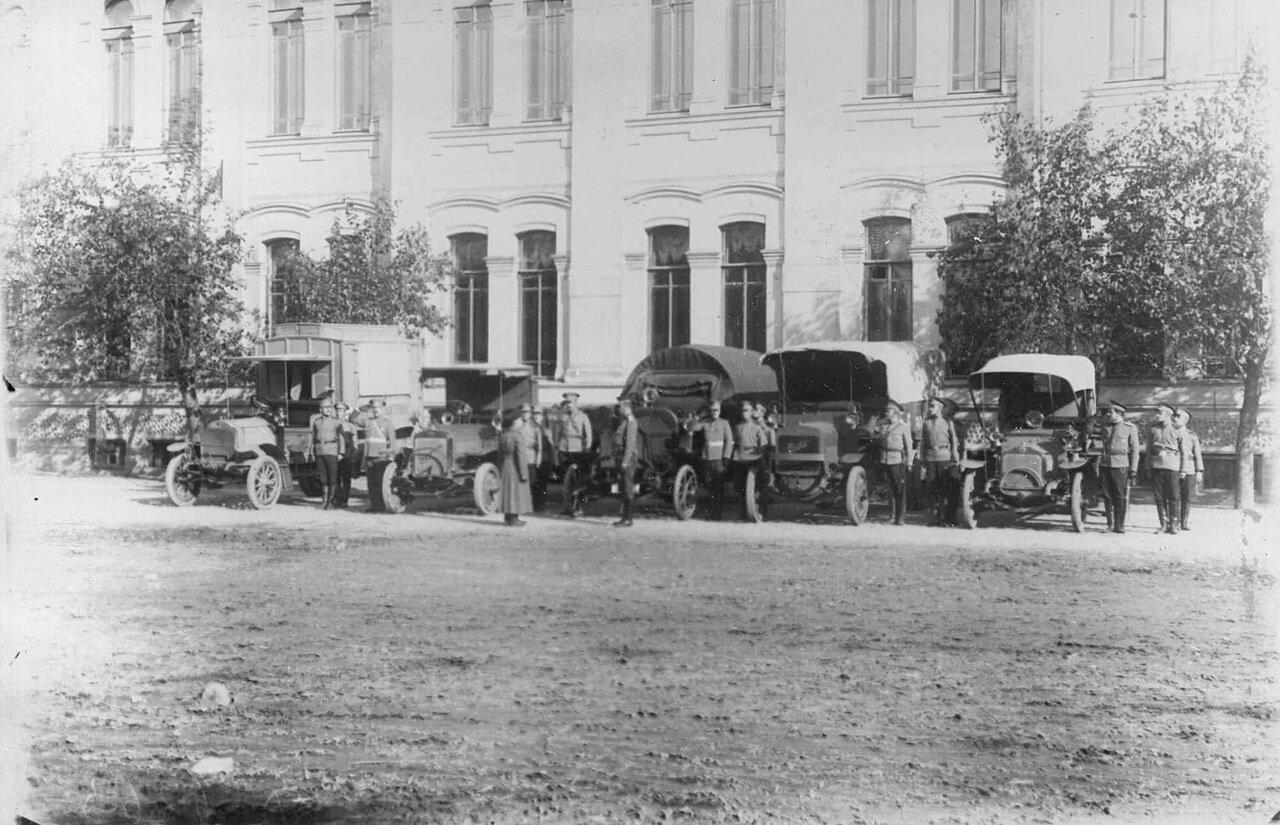 12. Колонна автомобилей с экипажами