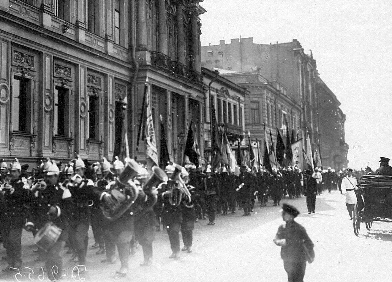 07. Отряды пожарных со знаменами и оркестром направляются к Марсову полю