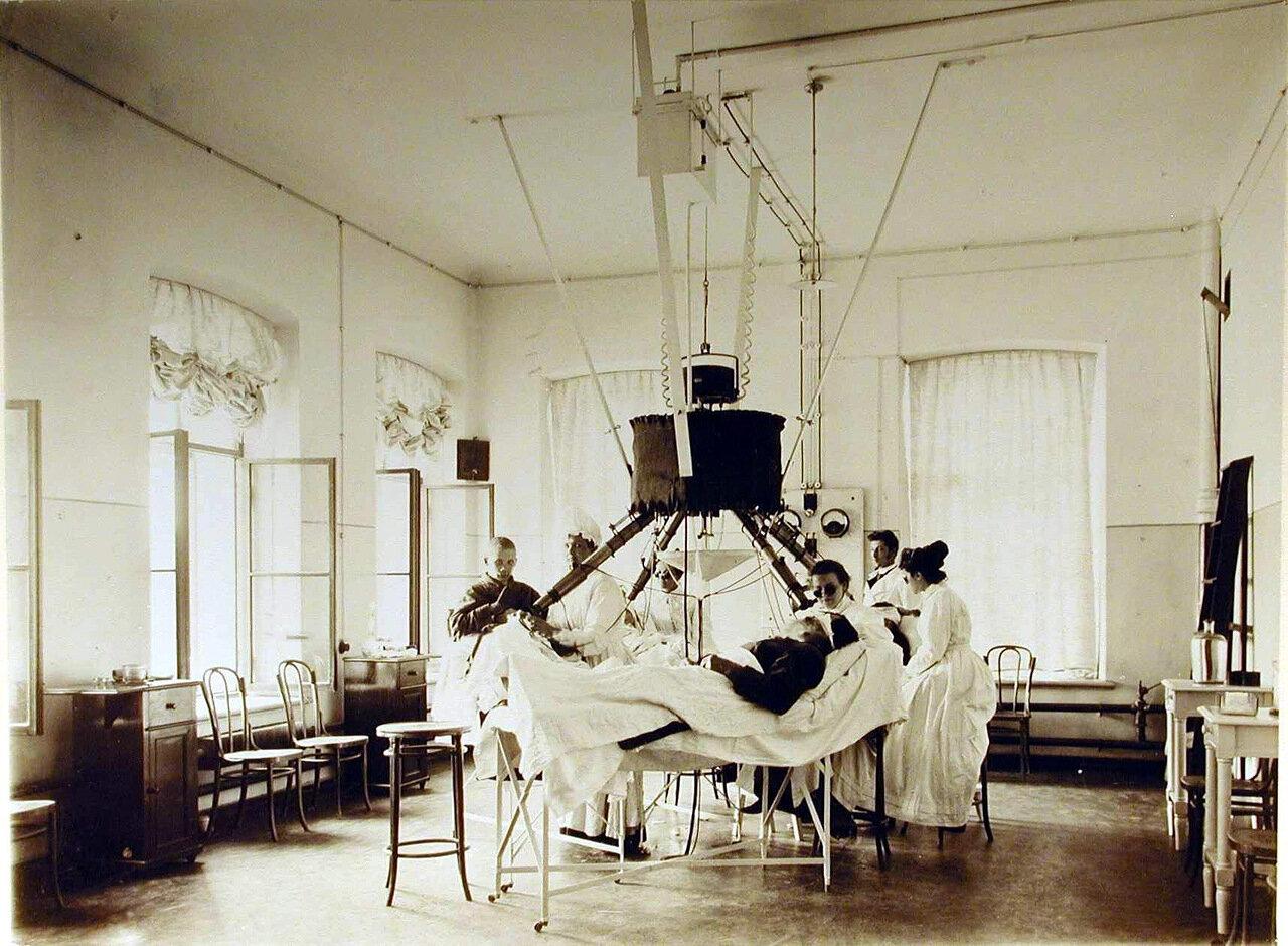 04. Врачи и медицинские сестры проводят сеансы лечения больных электрическим светом