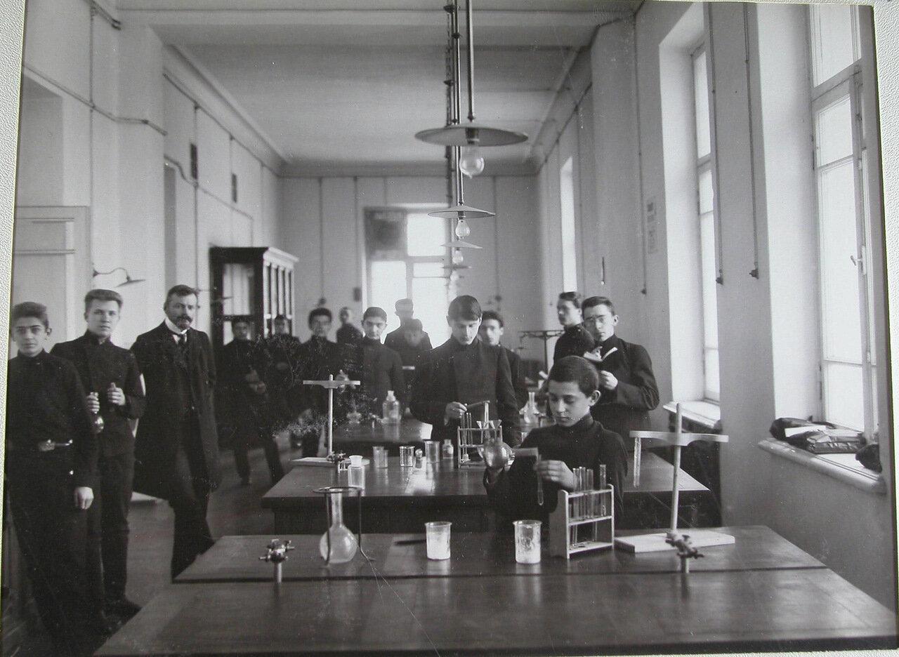18. Воспитанники с преподавателем во время практических занятий по химии