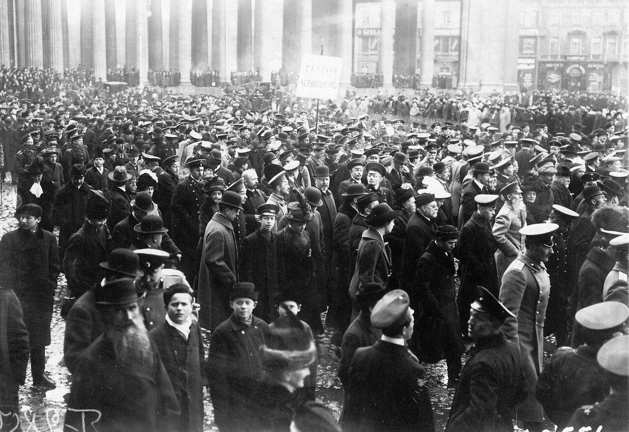 24. Группа участников манифестации проходят от Казанского собора к Невскому проспекту