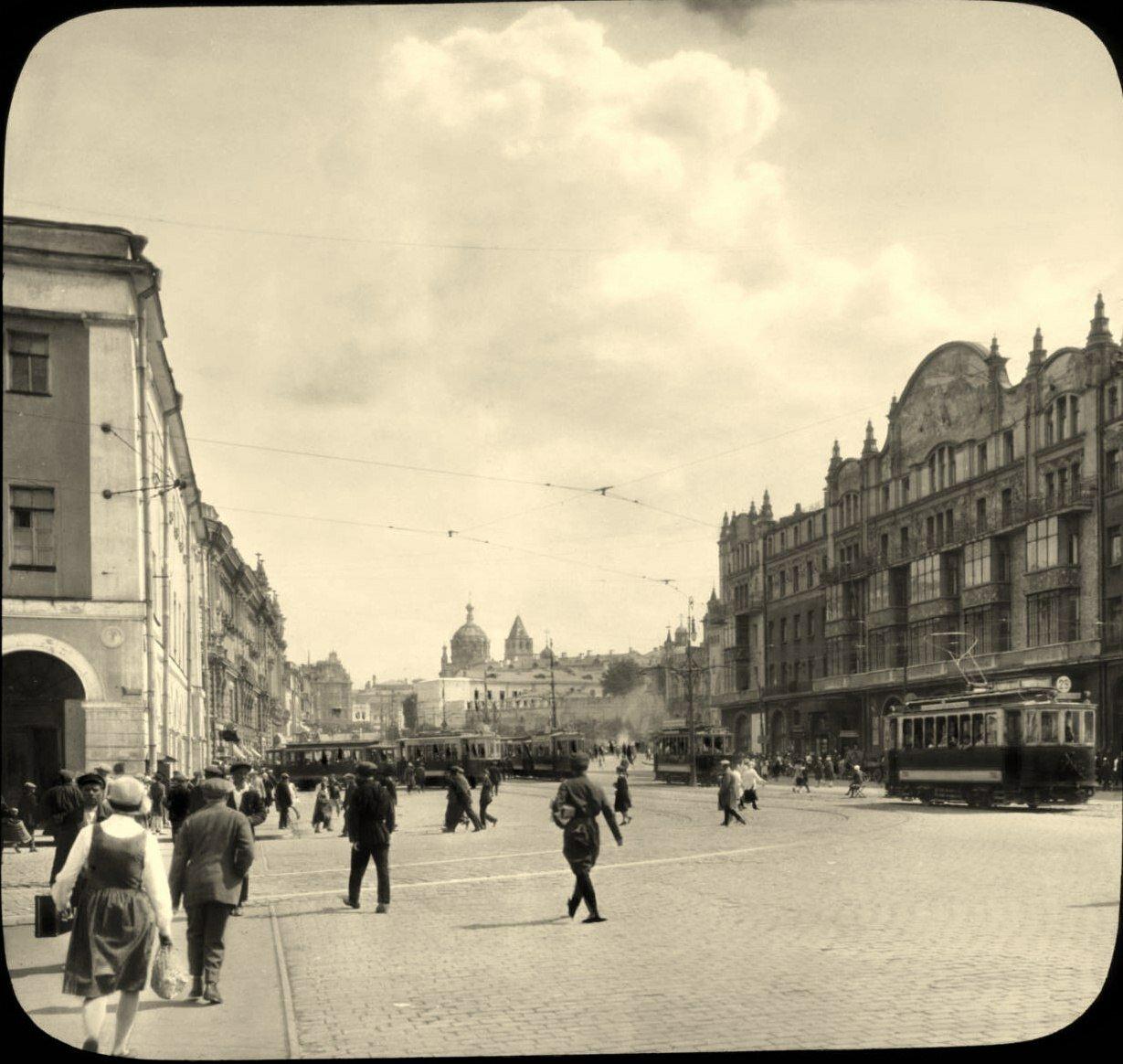 Москва.  Театральный проезд в сторону Лубянской площади