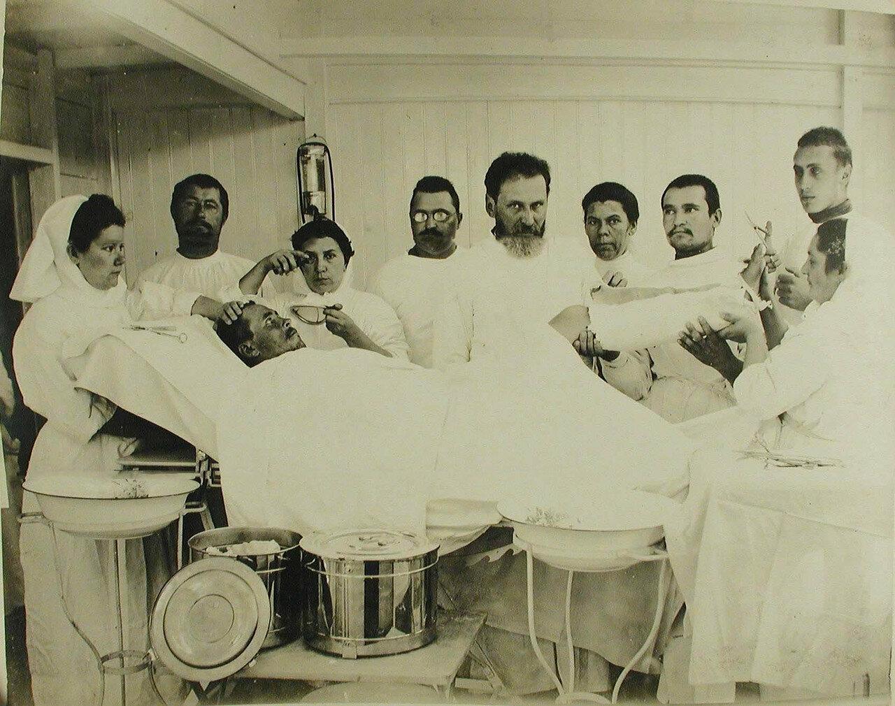 30. Врачи, сестры милосердия в операционной Кубанской баржи-лазарета