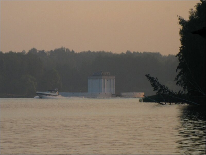 На Икшинском водохранилище, летний смог