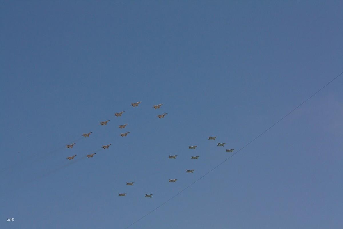 11 штурмовиков Су-25 и 12 истребителей МиГ-29 пролетели над Москвой в виде числа «65»