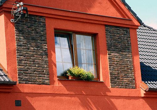 СТАРЫЙ КИРПИЧ на лицевом фасаде здания