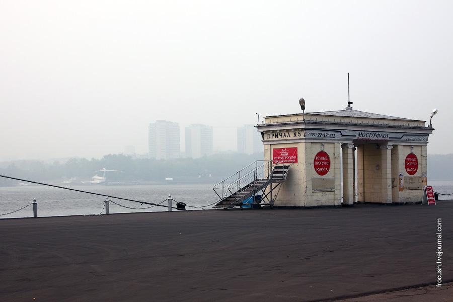 Причал №5 Северного речного вокзала Москвы. Виден противоположный берег Химкинского водохранилища. Экраноплан и подводная лодка хорошо видны.