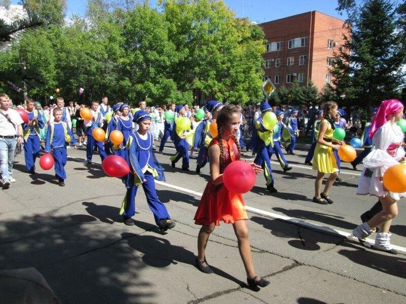 шествие танцевальных коллективов