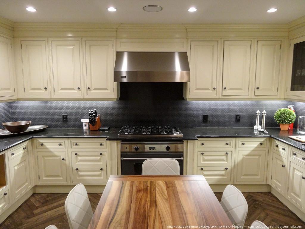 Еще на кухне нет окон, что придает обстановке немного клаустрофобности. Начинает казаться, что ты в