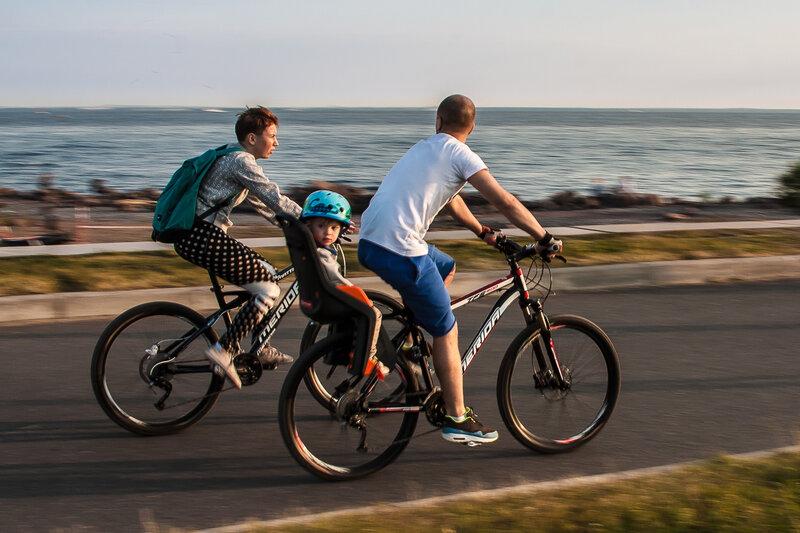 Мама, папа, я и два велосипеда