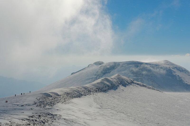 Виды в разные стороны с вершины Эльбруса