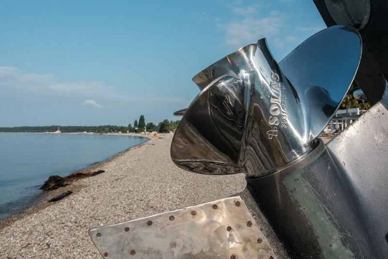 блестящий винт мотора для лодки