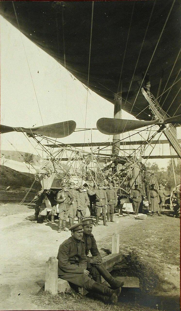 26. Группа военных у аэростата Кондор во время работ по починке его оболочки