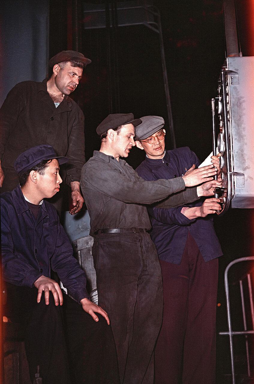 Китаец практикант на заводе тяжелых станков