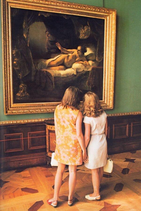 Девушки восхищаются «Данаей» Рембрандта из знаменитой коллекции Государственного Эрмитажа