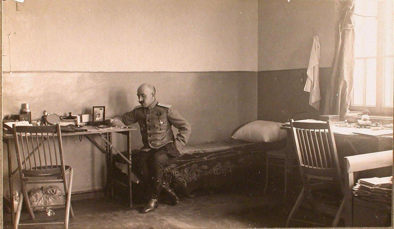 18. Офицер штаба в жилой комнате  офицеров. Ковель. 1915
