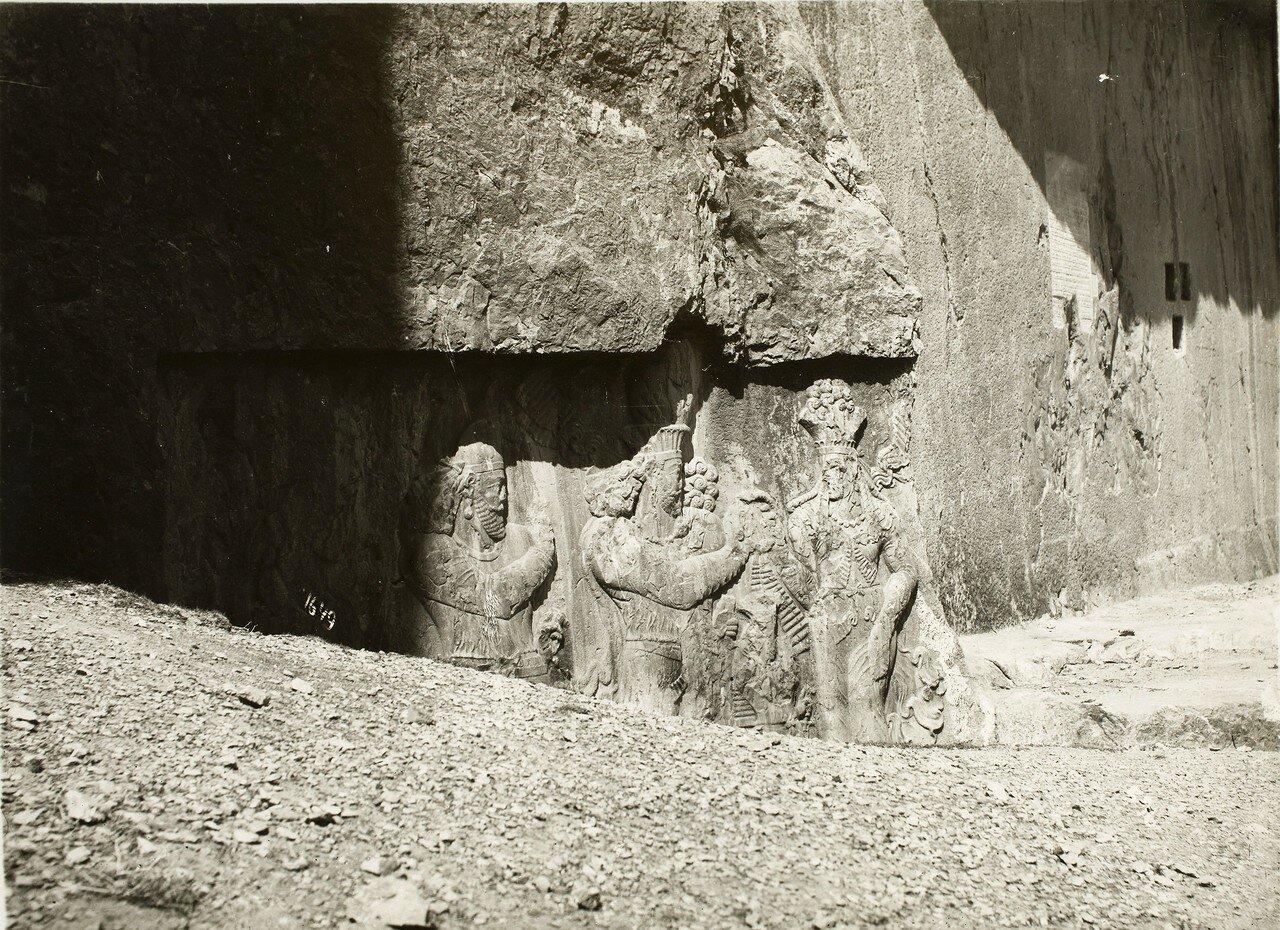 Накш-Рустам (Иран) сасанидские рельефы с изображением инвеституры царя Нарсе от богини Анахиты
