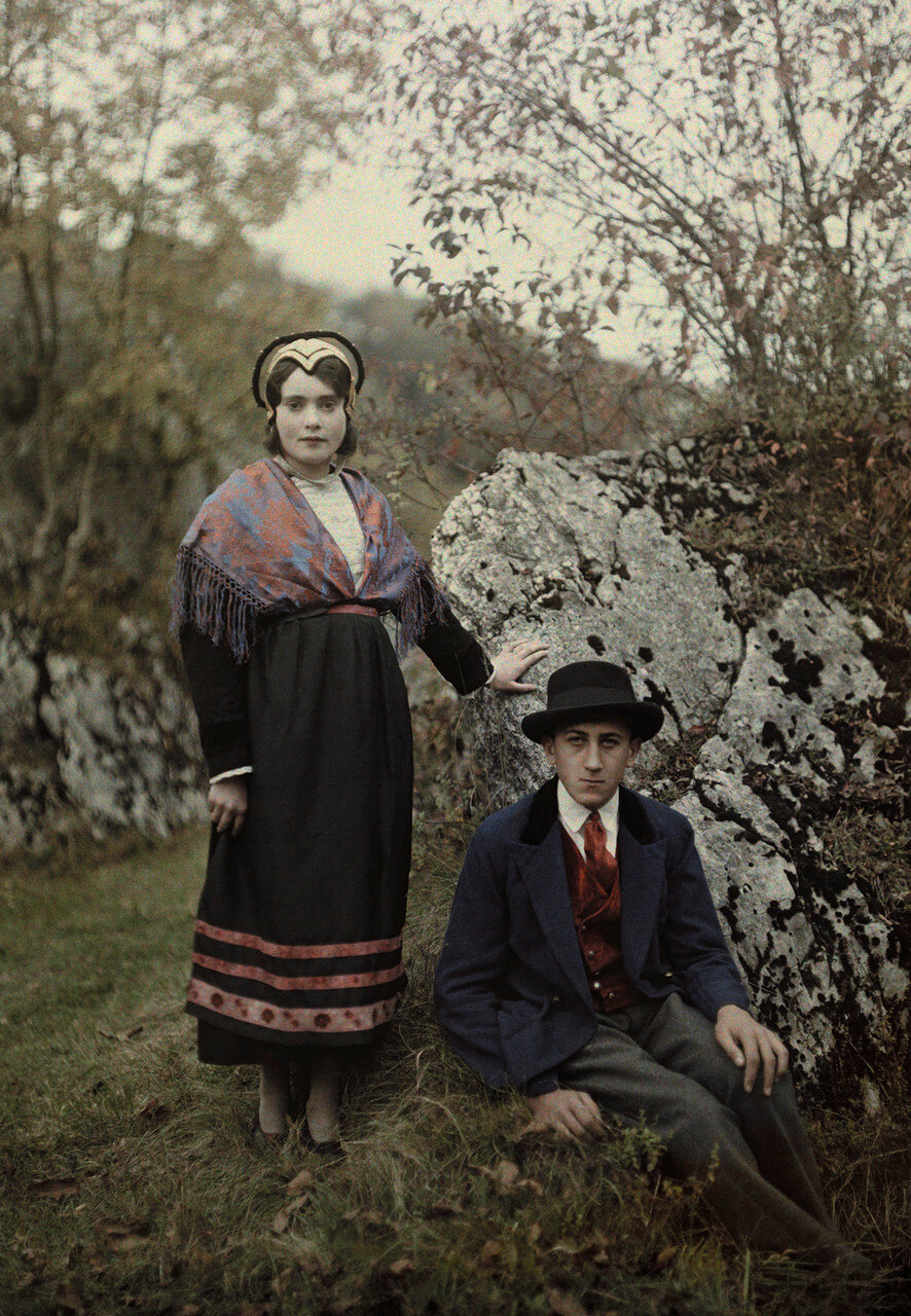 1931.Франция. Пара позирует в традиционных костюмах Савойского региона. Департамент Рона-Альпы