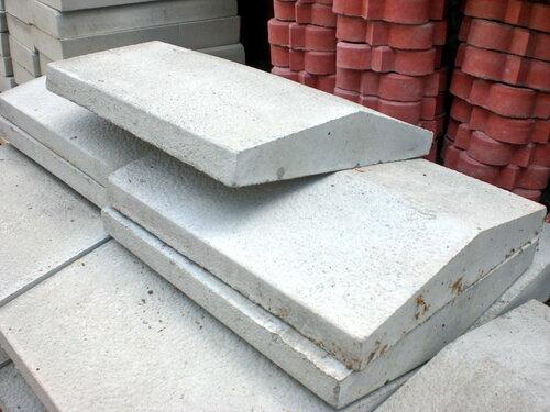 Крышка бетонная 2-х скатная для заборов и столбов, 390мм х 350мм