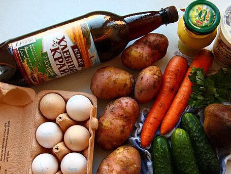 ингридиенты:картофель, свекла, морковь, зелень, свежие огурцы, яйца, горчица, квас, сметана
