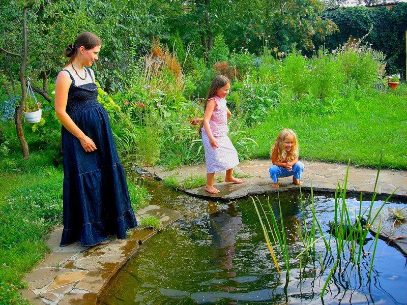 Лето,с.Остров, подворье,райский садик,Россия молодая,дети на траве,цветы жизни