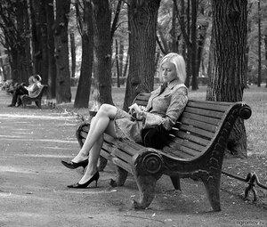 Он опаздывает (блондинка, Летний сад, скамья)