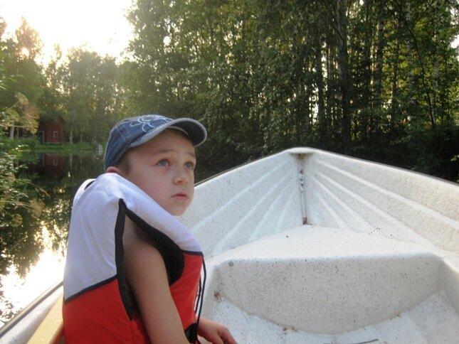 По протокам озера Уннукка на моторной лодке