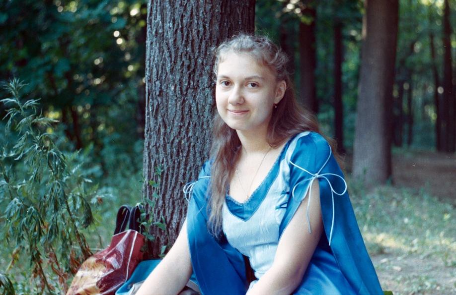 Девушка в платье.