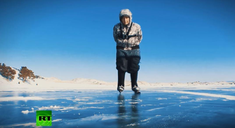 Пенсионерка на коньках покоряет Байкал