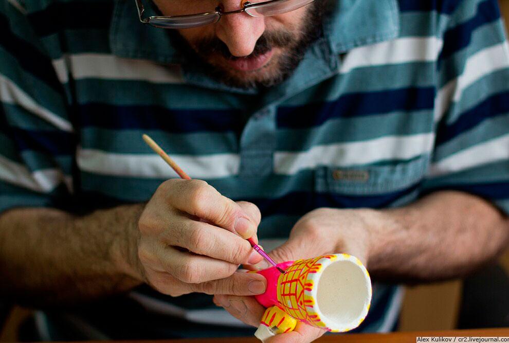 Лица либо не прорисовываются вообще, либо наносятся небольшими штришками. Это связано с тем, чт