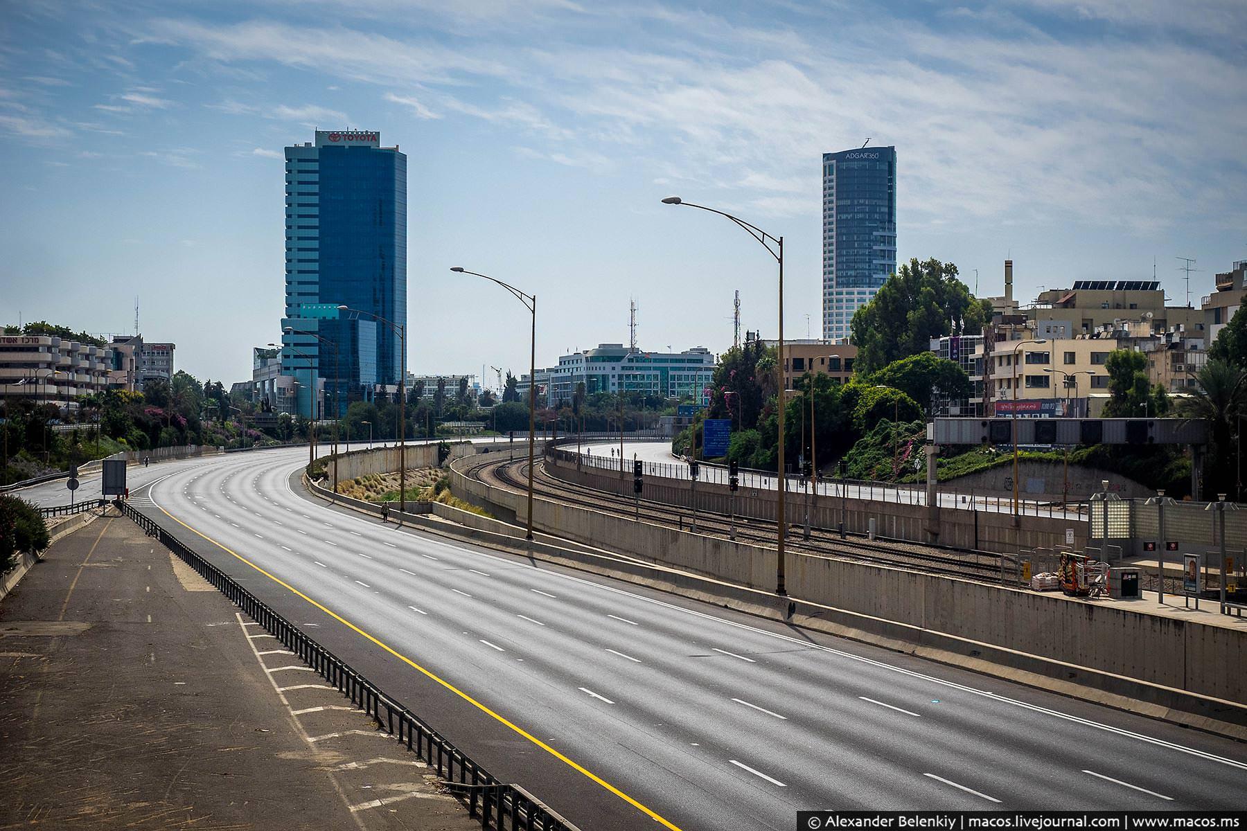 Невероятно! По этому шоссе проносятся десятки тысяч машин в день, а сегодня оно совершенно пусто.