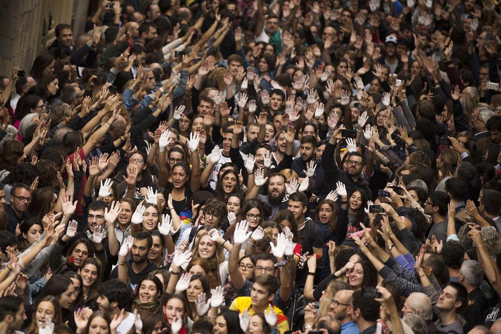 23. Каталонские власти и каталонцы собрались насчет протестных акций. Барселона, 2 октября 2017. (Фо