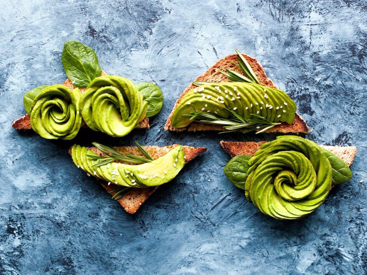 Тосты с авокадо и беконом — отличный вариант для плотного завтрака.