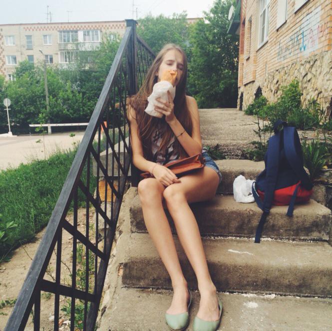 13 самых красивых девушек с шаурмой