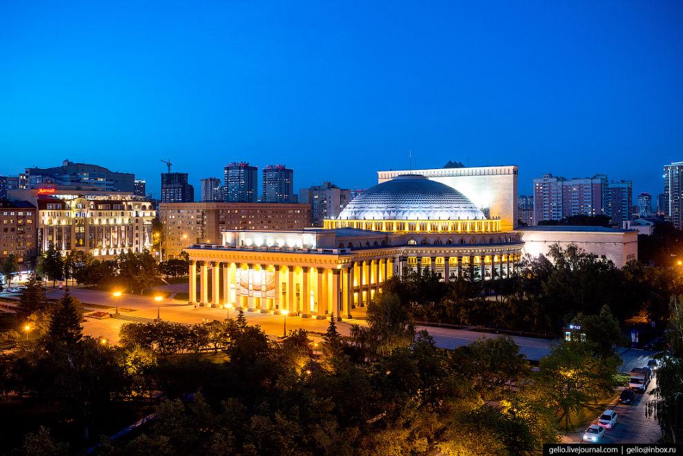 9. Центральная площадь Ленина на Красном проспекте.