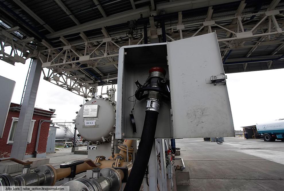 При заправке топливозаправщика, а потом им воздушного судна все параметры по заливке топлива отображ