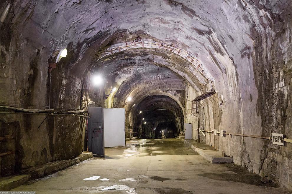 7. Воистину, огромные тоннели, уходящие куда-то вглубь горы.