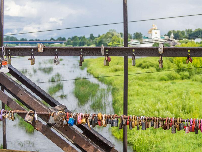 На мостах скрепляют свои узы новобрачные.