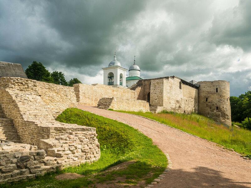 Изборская крепость на Жеравьей горе, XIV-XVI веков постройки.