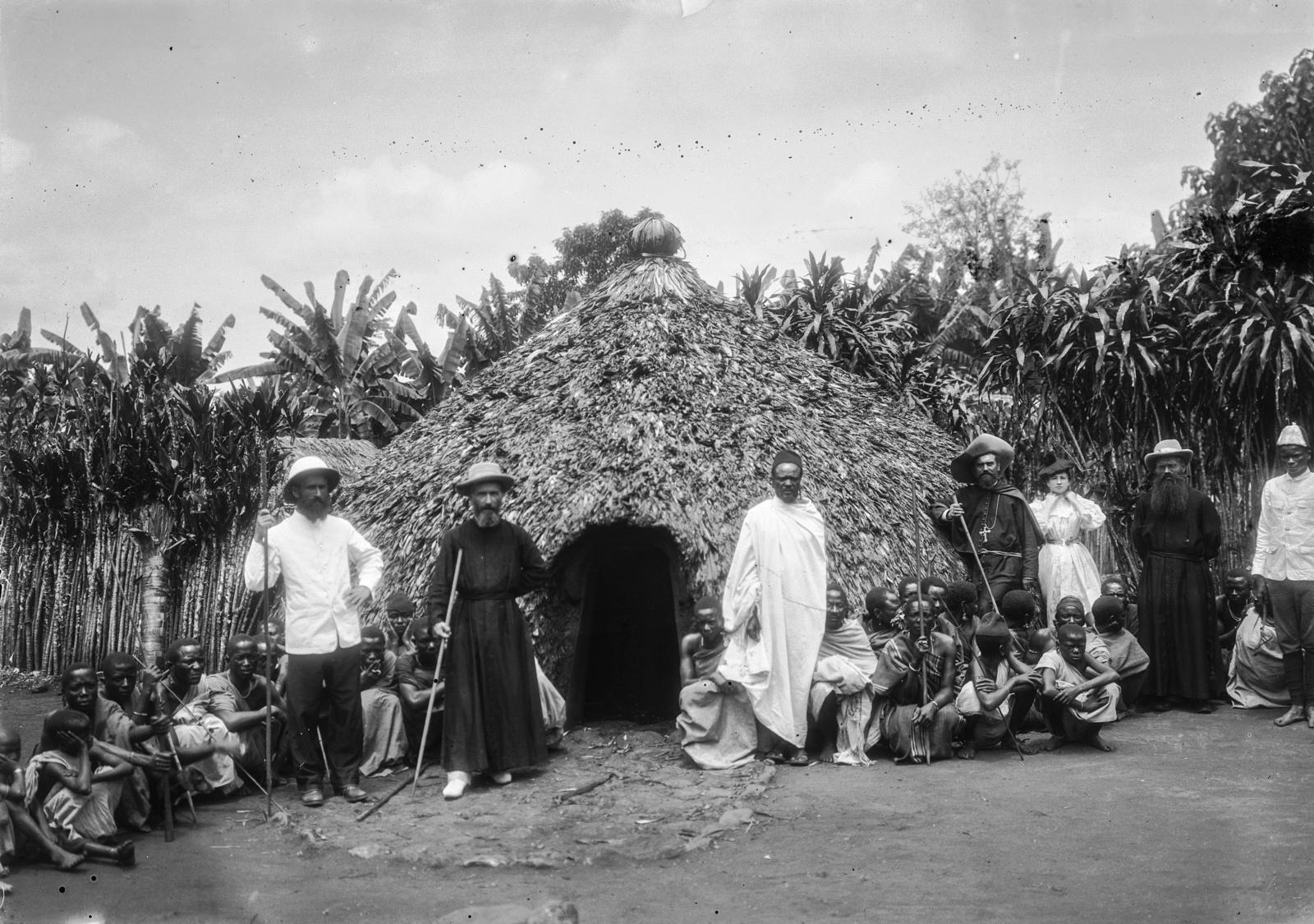 193. Групповой портрет чагга, исследователей и миссионеров перед хижиной