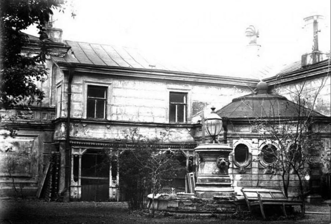 Двор усадьбы Рукавишниковых