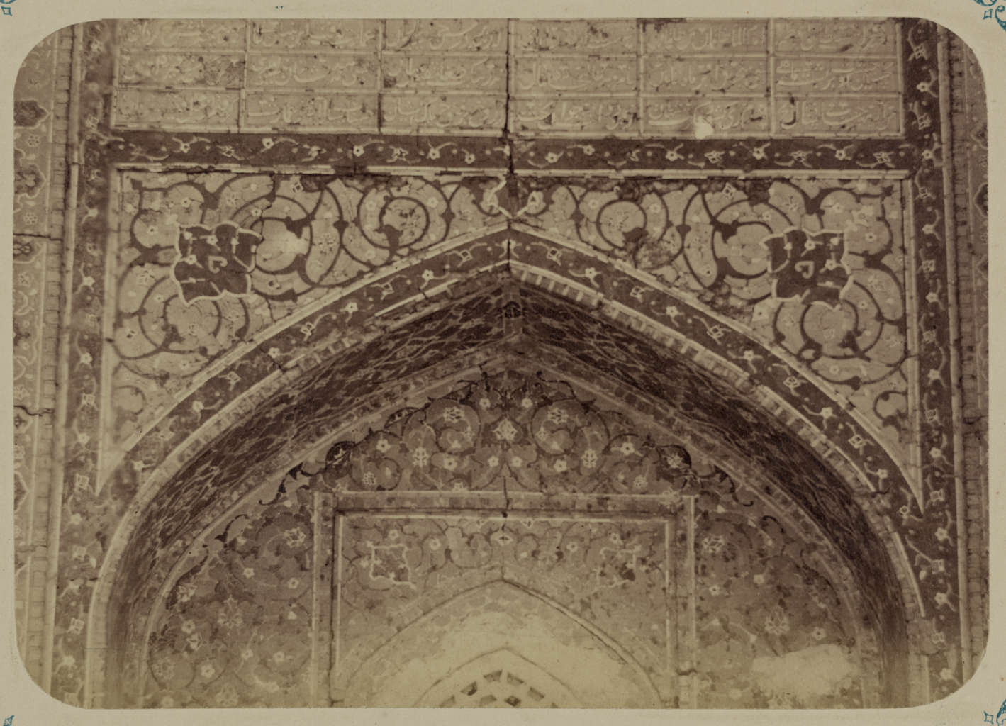 Медресе Надир Диван-Беги, соборная мечеть (мечеть джами). Надписи внутри ниши главного входа над окном