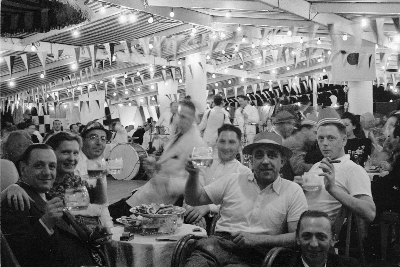 Бальный зал с группой любителей пива