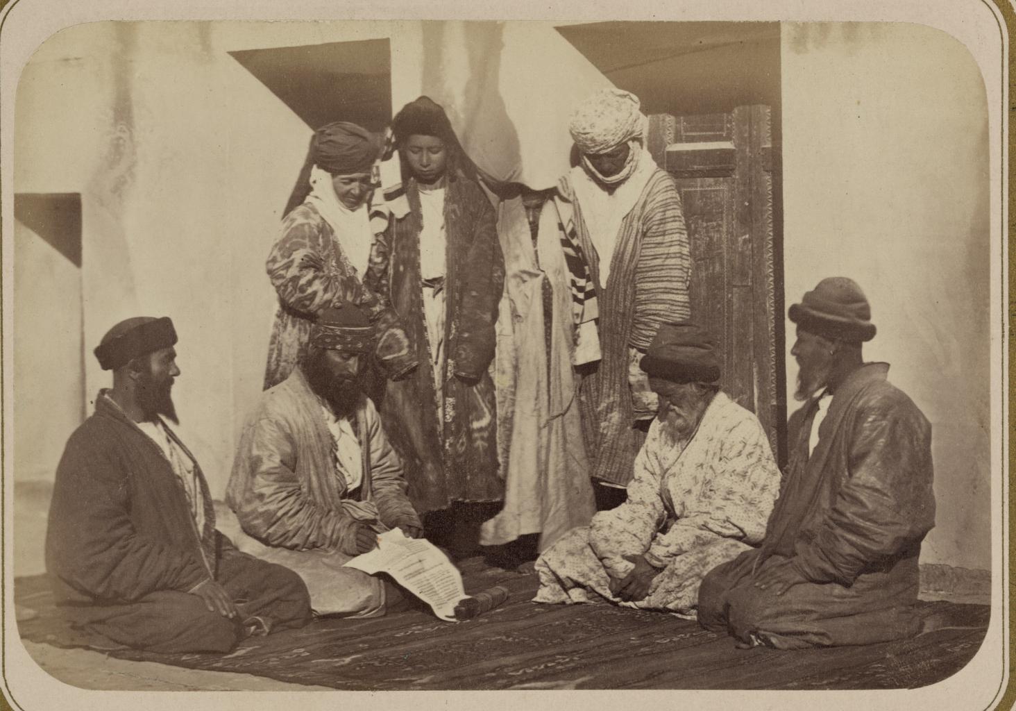 Еврейские свадебные обряды. Двое мужчин, представляющих семьи жениха и невесты, заключают свадебный договор