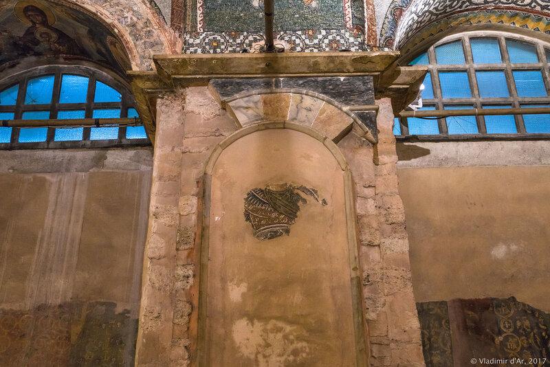 Могила F и E (слева направо). Мозаики и фрески монастыря Хора. Церковь Христа Спасителя в Полях. Экхзонартекс.