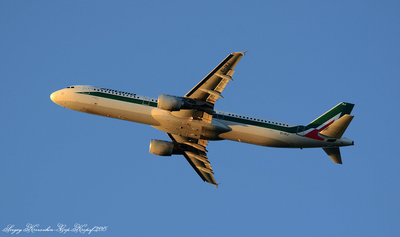 Airbus A321-112 Alitalia EI-IXJ.JPG