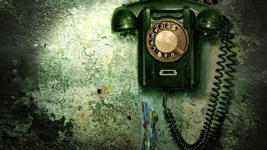 телефон висит на заставке № 111271  скачать