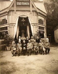 Группа членов президиума выставки во главе с почетным председателем организационного комитета - Туркестанским генерал-губернатором.