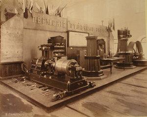 Витрина с изделиями Пермских пушечных заводов в горнозаводском отделе выставки.