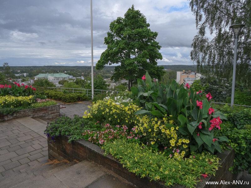 Это скала Naisvuori Hill в центре Миккели, а на её вершине устроен красивый садик.